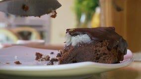 Γυναίκα που τρώει το πιάτο επιδορπίων κατανάλωση κέικ Φάτε τη φέτα κέικ επιδορπίων γλυκό προγευμάτων απόθεμα βίντεο