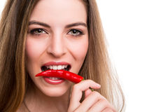 Γυναίκα που τρώει το πιπέρι Στοκ Φωτογραφία