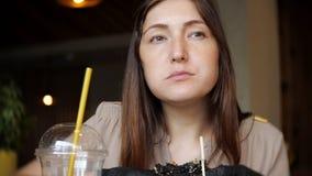 Γυναίκα που τρώει burger κοτόπουλου γρήγορου φαγητού στο εστιατόριο απόθεμα βίντεο