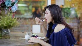 Γυναίκα που τρώει cheesecake βακκινίων απόθεμα βίντεο