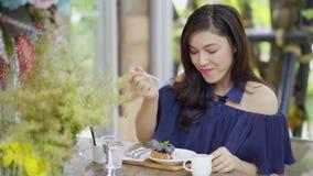 Γυναίκα που τρώει cheesecake βακκινίων φιλμ μικρού μήκους
