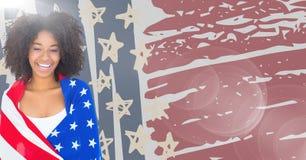 Γυναίκα που τυλίγεται στη αμερικανική σημαία ενάντια συρμένες στη χέρι αμερικανική σημαία και τη φλόγα Στοκ εικόνες με δικαίωμα ελεύθερης χρήσης