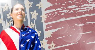 Γυναίκα που τυλίγεται στη αμερικανική σημαία ενάντια συρμένες στη χέρι αμερικανική σημαία και τη φλόγα Στοκ φωτογραφία με δικαίωμα ελεύθερης χρήσης