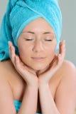 Γυναίκα που τυλίγεται όμορφη στην πετσέτα στο σαλόνι SPA στοκ εικόνες