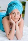 Γυναίκα που τυλίγεται όμορφη στην πετσέτα στο σαλόνι SPA στοκ φωτογραφία με δικαίωμα ελεύθερης χρήσης