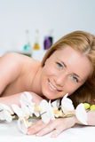 Γυναίκα που τυλίγεται όμορφη στην πετσέτα στο σαλόνι SPA στοκ εικόνα με δικαίωμα ελεύθερης χρήσης