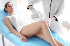 Γυναίκα που υποβάλλεται στη διαδικασία αφαίρεσης τρίχας στοκ φωτογραφία με δικαίωμα ελεύθερης χρήσης