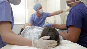 Γυναίκα που υποβάλλεται στην επεξεργασία IVF με στο νοσοκομείο απόθεμα βίντεο