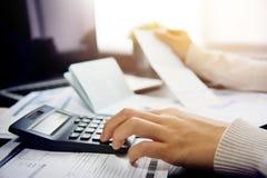 Γυναίκα που υπολογίζει το χρέος της στοκ εικόνα με δικαίωμα ελεύθερης χρήσης