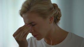 Γυναίκα που υφίσταται τη φοβερή ημικρανία, που αφαιρεί eyeglasses, υπέρταση, πίεση απόθεμα βίντεο