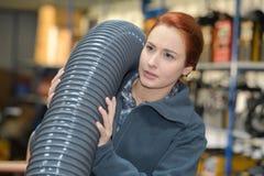 Γυναίκα που φέρνει την εύκαμπτη μάνικα πέρα από τον ώμο στοκ εικόνες με δικαίωμα ελεύθερης χρήσης