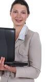 Γυναίκα που φέρνει το lap-top της στοκ εικόνα