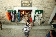 Γυναίκα που φαίνεται αναμνηστικά σε ένα κατάστημα Herceg Novi, Μαυροβούνιο στοκ φωτογραφία με δικαίωμα ελεύθερης χρήσης