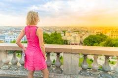 Γυναίκα που φαίνεται ορίζοντας του Παρισιού Στοκ εικόνα με δικαίωμα ελεύθερης χρήσης