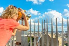 Γυναίκα που φαίνεται πύργος του Άιφελ Στοκ φωτογραφία με δικαίωμα ελεύθερης χρήσης
