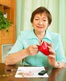 Γυναίκα που φαίνεται υπολογισμός των χρημάτων στοκ φωτογραφίες