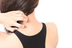 Γυναίκα που φαγουρίζει στον ώμο με το άσπρο υπόβαθρο για υγιή συμπυκνωμένο στοκ εικόνες