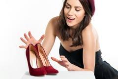 Γυναίκα που φθάνει για τα παπούτσια Στοκ φωτογραφία με δικαίωμα ελεύθερης χρήσης