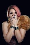 Γυναίκα που φοβάται όμορφη κάλυψη του στόματος με τα χέρια Στοκ Εικόνα