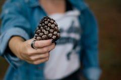 Γυναίκα που φορά ένα δαχτυλίδι στοκ εικόνα με δικαίωμα ελεύθερης χρήσης