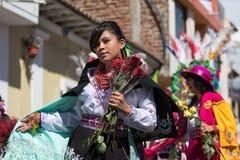 Γυναίκα που φορά ένα ζωηρόχρωμο κοστούμι με τα λουλούδια Στοκ εικόνα με δικαίωμα ελεύθερης χρήσης