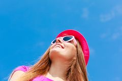 Γυναίκα που φορά διαμορφωμένα τα καρδιά γυαλιά ηλίου και το καπέλο Στοκ φωτογραφίες με δικαίωμα ελεύθερης χρήσης