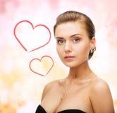 Γυναίκα που φορά τα λαμπρά σκουλαρίκια και το κρεμαστό κόσμημα διαμαντιών Στοκ εικόνα με δικαίωμα ελεύθερης χρήσης