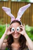 Γυναίκα που φορά τα αυτιά κουνελιών και τα ανόητα μάτια αυγών Στοκ Φωτογραφίες