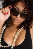 Γυναίκα που φορά τα γυαλιά ηλίου στοκ φωτογραφίες