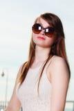 Γυναίκα που φορά τα γυαλιά ηλίου που εξετάζουν το διάστημα και τη σκέψη Στοκ εικόνες με δικαίωμα ελεύθερης χρήσης