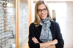 Γυναίκα που φορά τα γυαλιά με τα όπλα που διασχίζονται στο κατάστημα Στοκ εικόνες με δικαίωμα ελεύθερης χρήσης