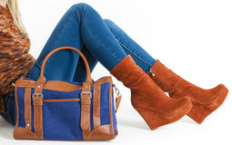 Γυναίκα που φορά τα μοντέρνα καφετιά παπούτσια πλατφορμών στοκ εικόνα