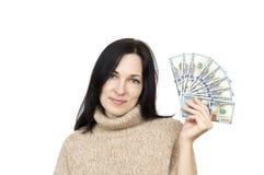 Γυναίκα που φορά τα μπεζ χρήματα εκμετάλλευσης πουλόβερ στοκ εικόνα με δικαίωμα ελεύθερης χρήσης