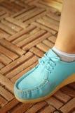 Γυναίκα που φορά τα μπλε παπούτσια στο πάρκο Στοκ φωτογραφία με δικαίωμα ελεύθερης χρήσης