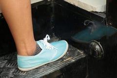 Γυναίκα που φορά τα μπλε παπούτσια στο πάρκο Στοκ Εικόνες