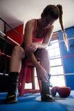 Γυναίκα που φορά τα παπούτσια στο εγκιβωτίζοντας δαχτυλίδι στοκ εικόνα