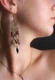 Γυναίκα που φορά τα σκουλαρίκια Στοκ Εικόνες