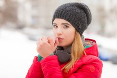 Γυναίκα που φορά τα χειμερινά ενδύματα έξω από τη θέρμανση των χεριών της Στοκ εικόνες με δικαίωμα ελεύθερης χρήσης