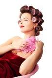 Γυναίκα που φορά τα haircurlers που χαλαρώνουν στη ρόδινη μπανιέρα. Styl Pinup στοκ εικόνα