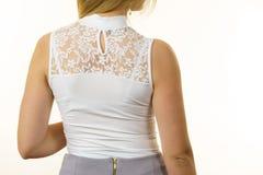 Γυναίκα που φορά την άσπρη κορυφή στοκ εικόνες