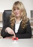 Γυναίκα που φορά την εταιρική ενδυμασία που δείχνει τη μικρογραφία Στοκ Φωτογραφία