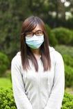 Γυναίκα που φορά την ιατρική μάσκα προσώπου Στοκ Φωτογραφίες