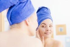 Γυναίκα που φορά την πετσέτα στο κεφάλι της στοκ φωτογραφίες με δικαίωμα ελεύθερης χρήσης
