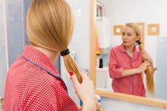 Γυναίκα που φορά τις πυτζάμες που παίρνουν έτοιμες στο λουτρό Στοκ Εικόνες