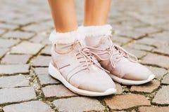 Γυναίκα που φορά τους νέους comfy εκπαιδευτές και τις μαλακές ρόδινες ruffle κάλτσες στοκ εικόνες με δικαίωμα ελεύθερης χρήσης