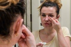Γυναίκα που φορά τους φακούς επαφής για τη διόρθωση οράματος στοκ φωτογραφία