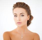 Γυναίκα που φορά το λαμπρό κρεμαστό κόσμημα διαμαντιών Στοκ Φωτογραφίες