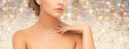 Γυναίκα που φορά το λαμπρό κρεμαστό κόσμημα διαμαντιών Στοκ Εικόνες