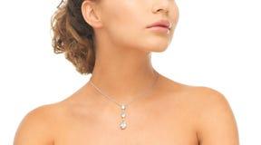 Γυναίκα που φορά το λαμπρό περιδέραιο διαμαντιών Στοκ εικόνες με δικαίωμα ελεύθερης χρήσης