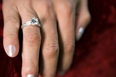 Γυναίκα που φορά το δαχτυλίδι διαμαντιών Στοκ φωτογραφία με δικαίωμα ελεύθερης χρήσης